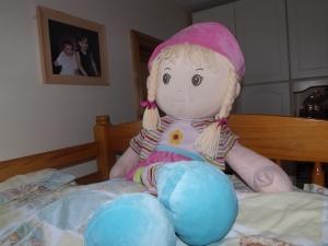 Essa e a cama da Bekah, ela dorme na cama de cima da beliche, essa boneca ela ganhou da avo no natal e eh a sua boneca favorita.