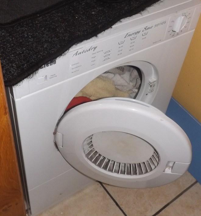 Outra ajudante maravilhosa eh essa maquina de secar roupa, eh bem pequena mas nos ajuda bastante. Foi nos dado ha mais de 3 anos, e ja era velhinha e ainda esta muito bem.