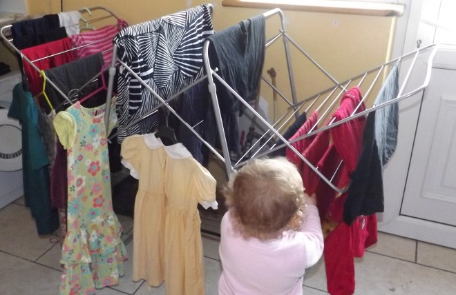 Essa são 2 outras formas que eu uso pra secar roupa. Os vestidos e camisas, da maquina ja coloco direto no cabide. As vezes nem precisa passar se eu esticar bem antes de colocar no cabide. E como sempre as minhas ajudantes, Rachel e Sarah verificando se as roupas já estão secas.