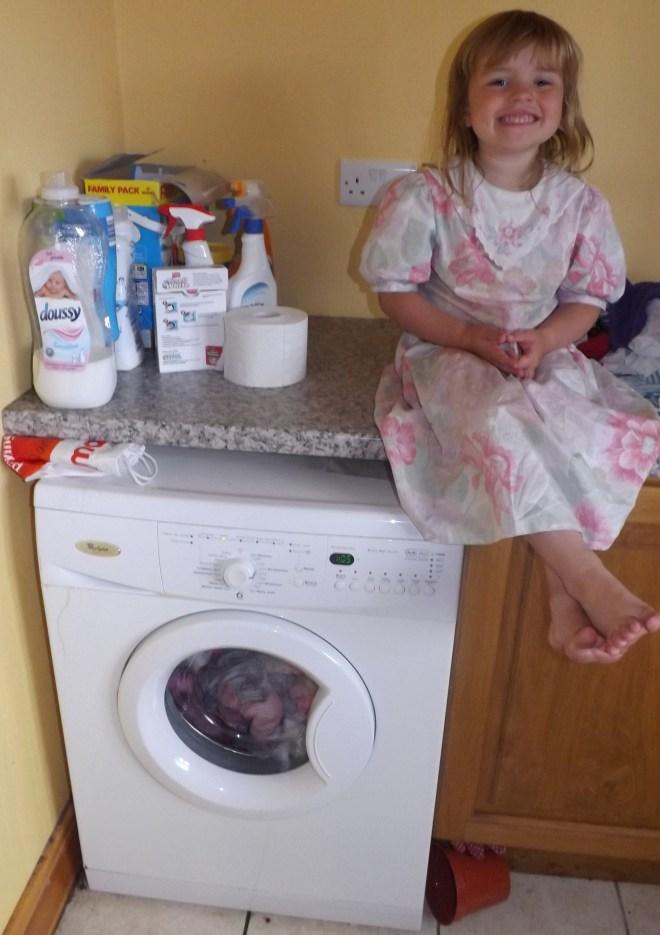 """Hoje eu decidi dar um jeito na minha lavanderia foi quando eu vi o tanto de roupa que eu tinha pra lavar,secar e dobrar que decidi escrever este post. Aqui a Sarah uma das minhas """"ajudantes""""  E a minha, hoje, famosa maquina de lavar roupas!!!"""