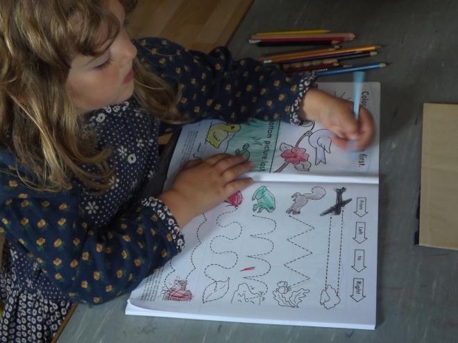 Aqui outra dela pintando o desenho da primeira pagina.