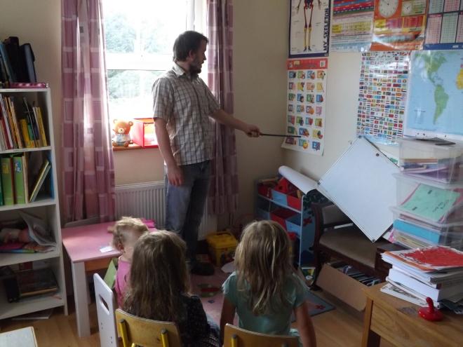 Dave fazendo uma aulinha bem animada com as pequenas!
