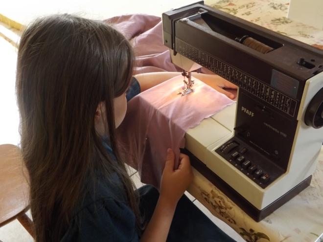 Super concentrada. Amou fazer a cama pra Milly. Usamos um lençol como tecido pro projeto!!! Ficou otimo, a Milly ja esta usando a nova cama :-)