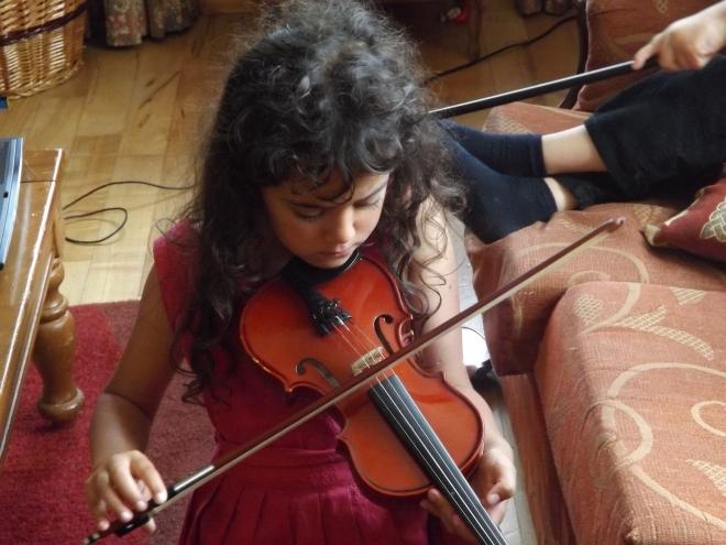 """A Naomi tentando encontrar a """"Estrelinha"""" no Violino. Ta quase!!!"""
