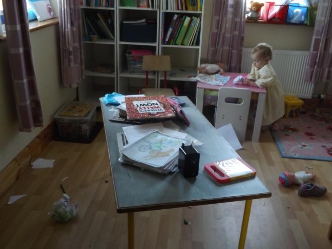 olha o estado do chão e da mesa...