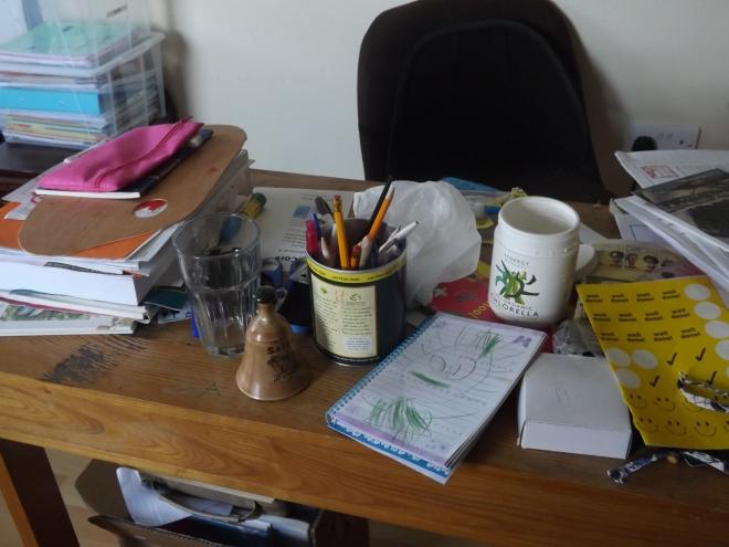 A mesa da mamãe... fica assim todo fim de dia, todos os trabalhinhos, livros , papeis, acabam ali.