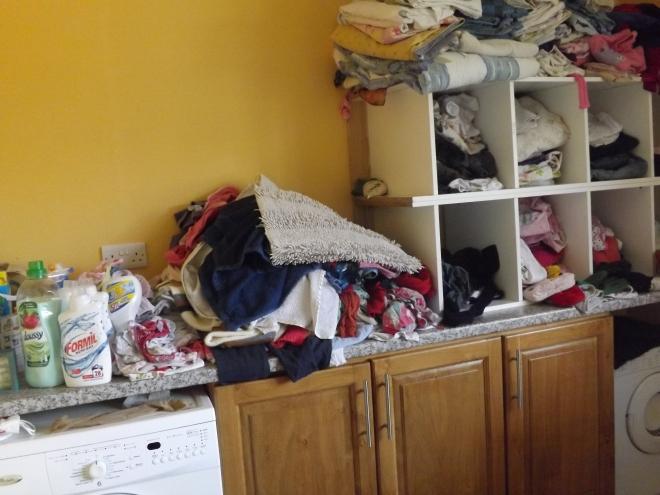 Essa eh a minha lavanderia, essas roupas estao todas limpinhas esperando pra ser colocadas onde elas pertencem, mas acho que essa semana isso não vai acontecer... :-)